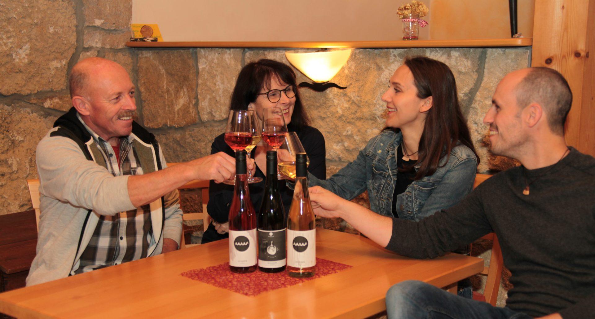 Familie trinkt zusammen Wein
