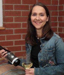 Lena Schubert im Weinkeller